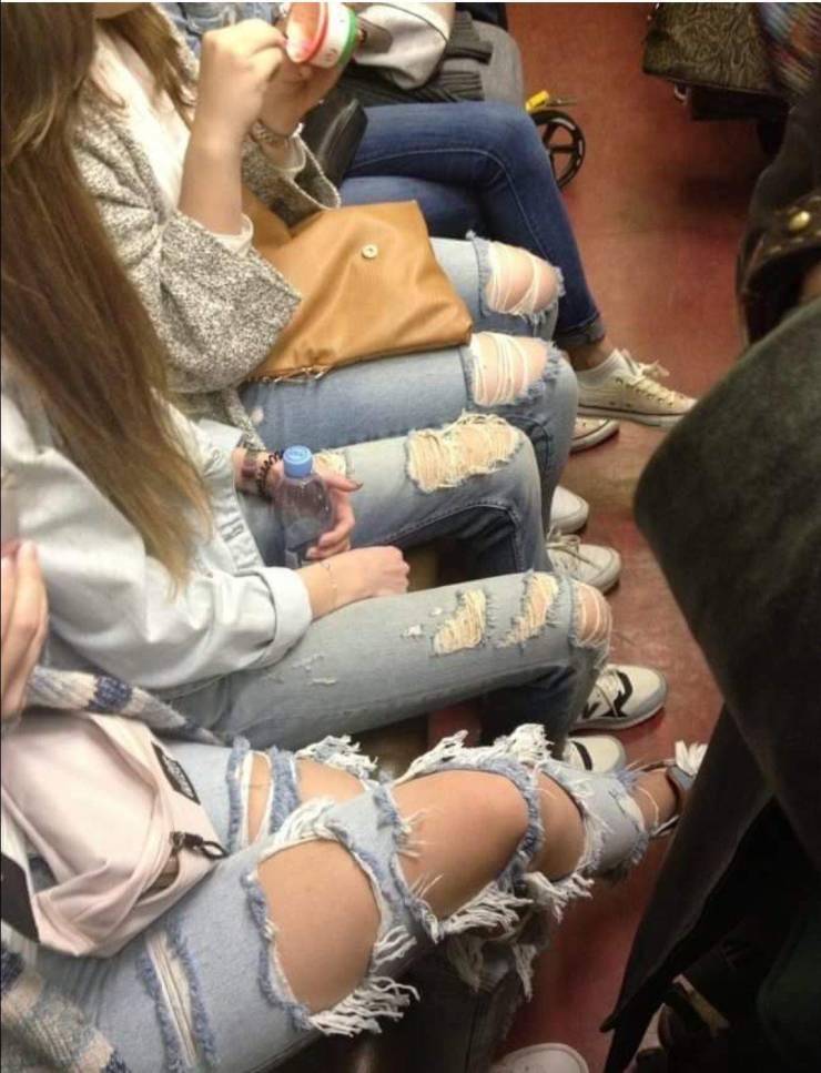 Порванные на коленях джинсы
