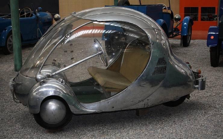 Ретро футуристический автомобиль