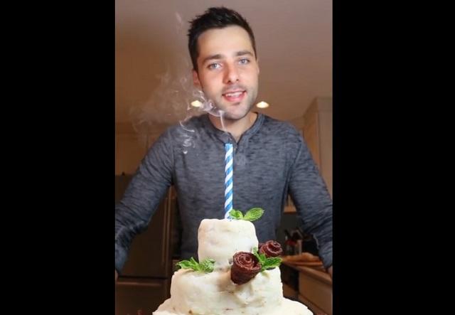 Парень возле торта