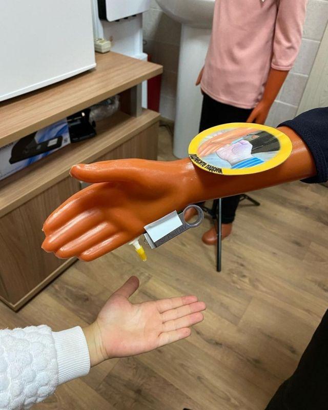 санитайзер прилепленный к руке манекена