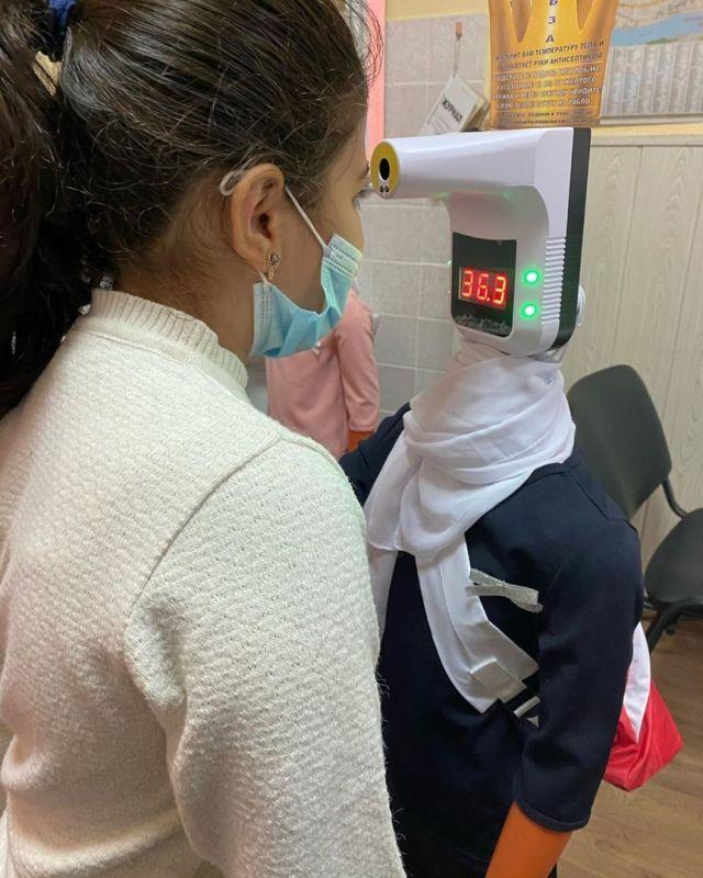 медсестра измеряет температуру