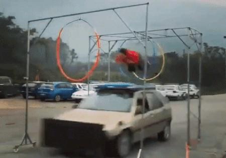 Прыжок на крыше машины