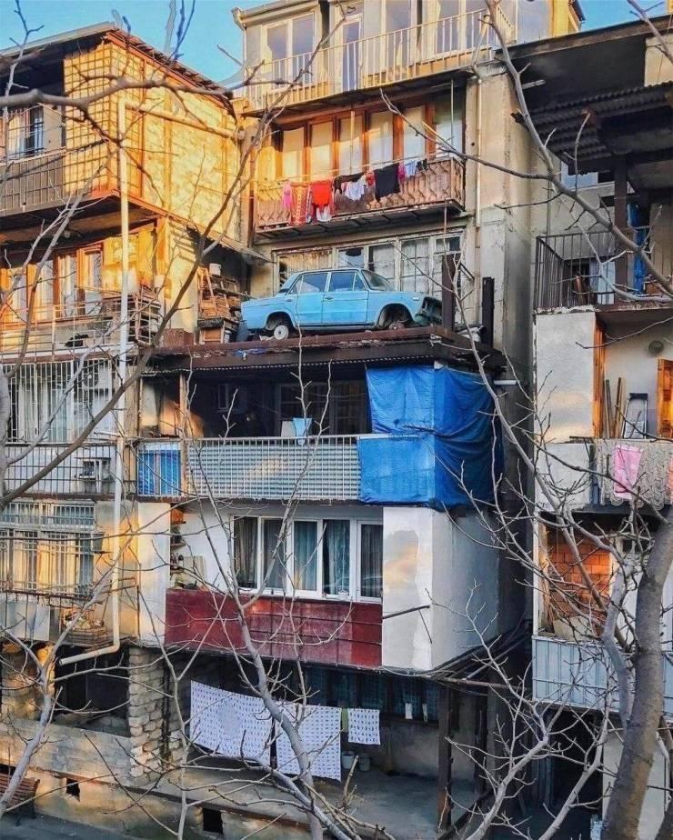 Машина на балконе