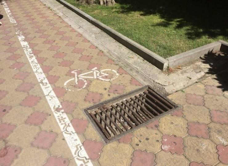 Канализационный люк на велодорожке