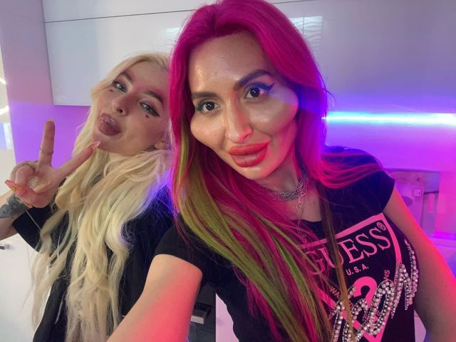 Анастасия Покрищук с подругой