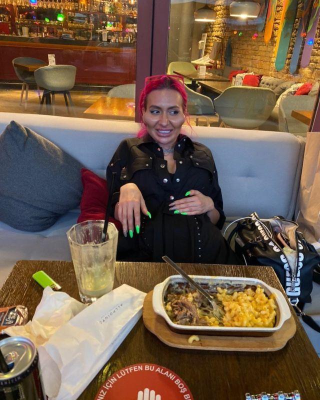 Анастасия Покрищук в ресторане