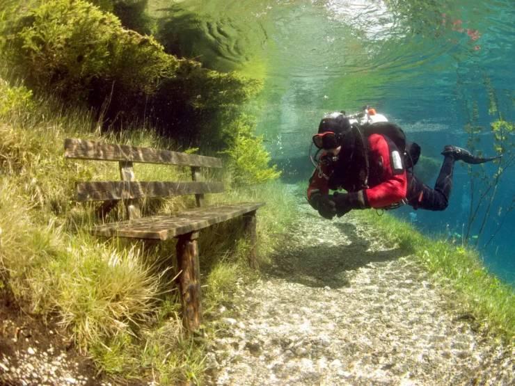 Лавочка под водой