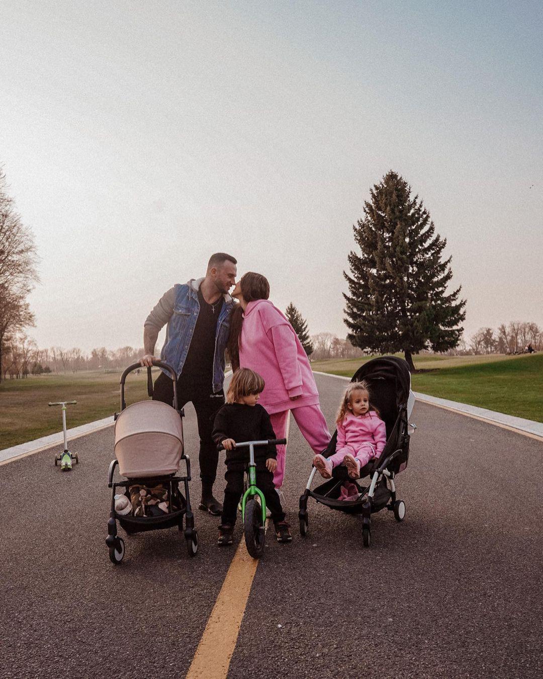 Дмитрий и София Стужук с детьми на дороге