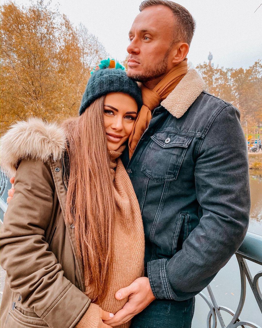 София Стужук и Дмитрий Стужук позируют в зимней одежде