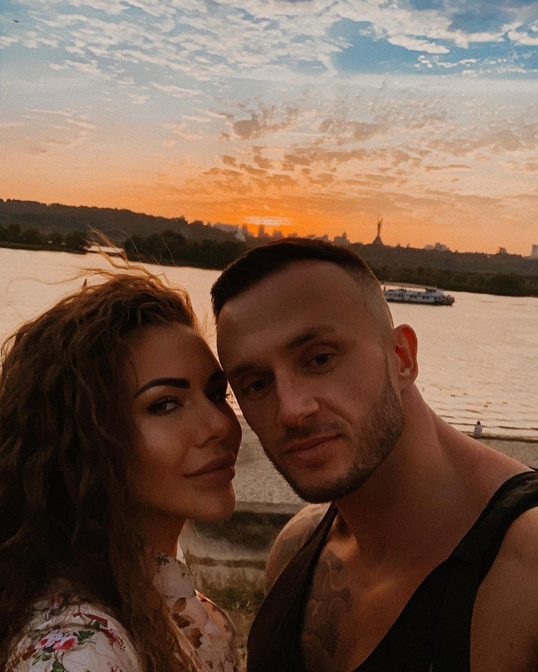 София Стужук и Дмитрий Стужук на фоне заката