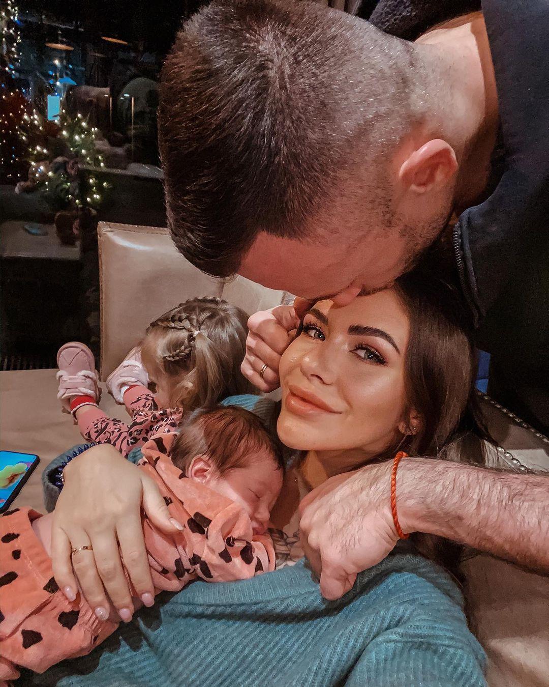 Дмитрий Стужук целует Софию Стужук с ребенком