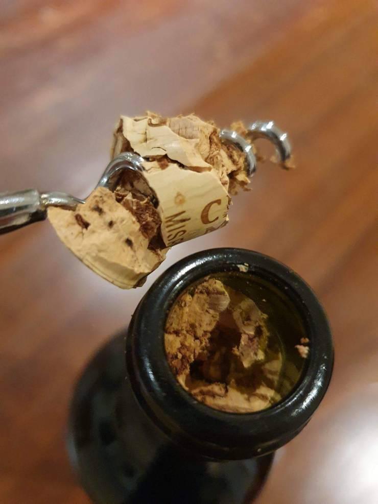 Неудачная попытка открыть бутылку вина