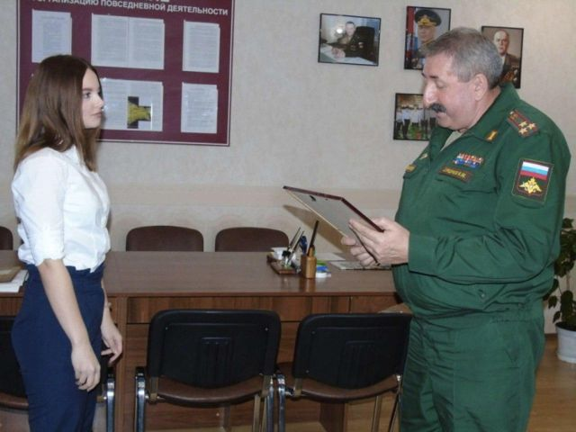 Анна Целикова получает награду