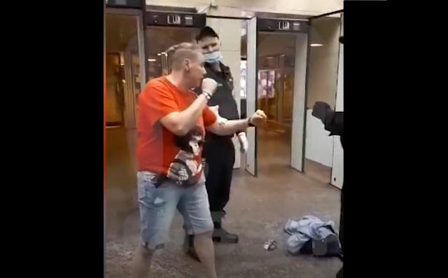 Девушка собирается драться с полицейскими