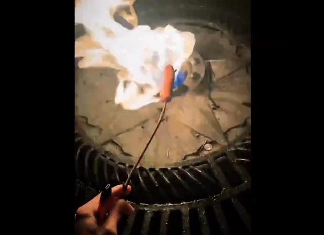 Жарит сосиску над вечным огнем
