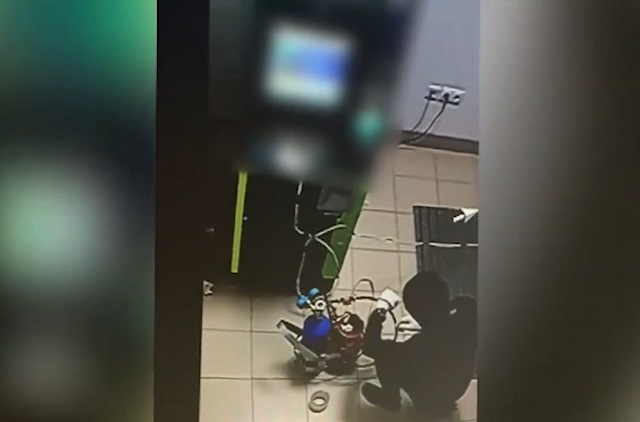 Парень взрывает банкомат
