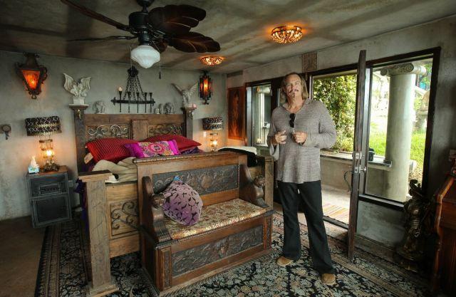 Тони Уэллс в спальне своего замка