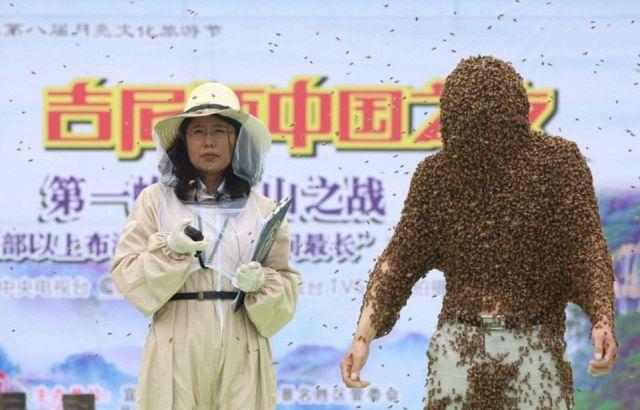 Жуань Лянмин и девушка из комиссии