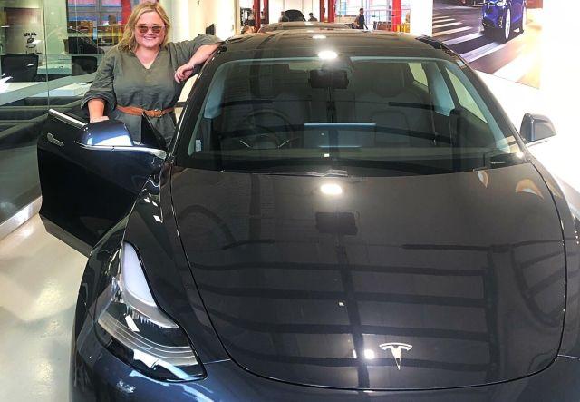 Аннабель Бретт и ее Tesla Model 3
