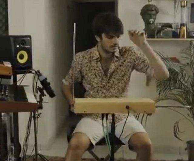 диджей записал клубный трек, играя на терменвоксе