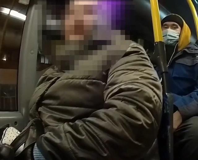 Женщина без маски в автобусе