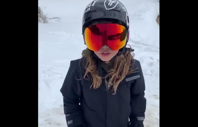 Девочка в очках для сноуборда