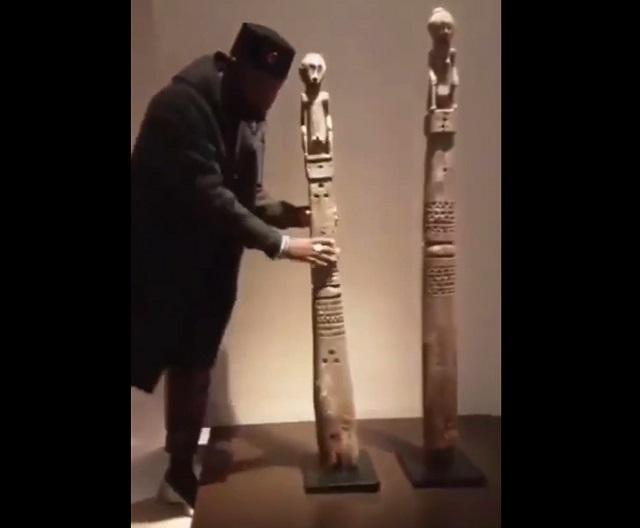 Парень берет статую в Лувре