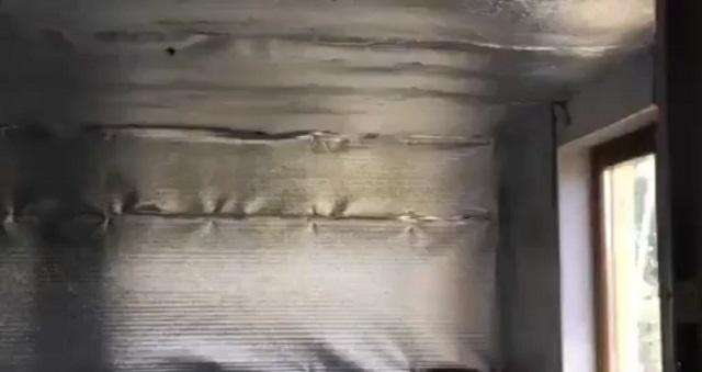 Стены обклеены фольгой
