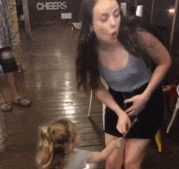 Ребенок расстегнул юбку на молнии