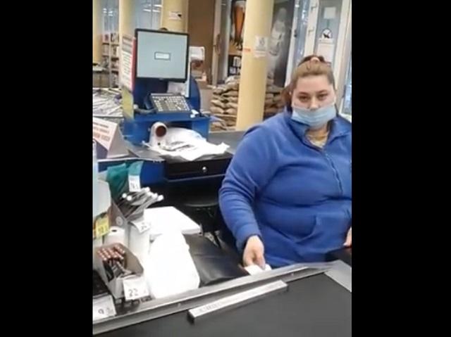 Кассирша в маске