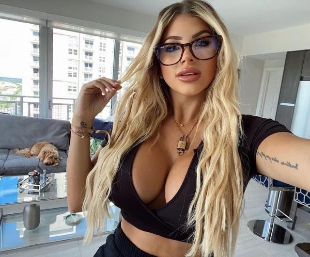 Нейлин Эшли в очках