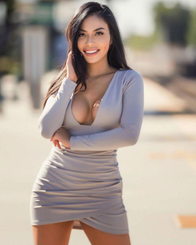 Кристин Мэй в сером платье