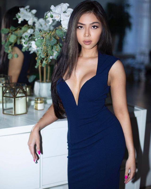 Кристин Мэй в синем платье