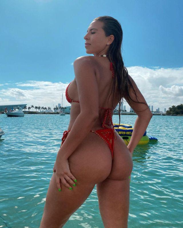 Наталия Гариботто в красном купальнике