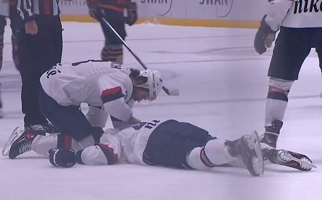 Хоккеист на лежит на льду