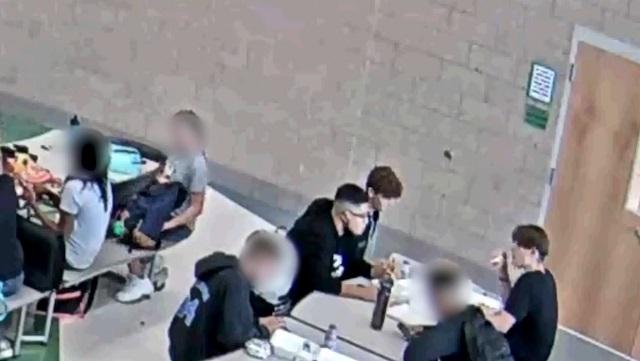 Школьники в столовой