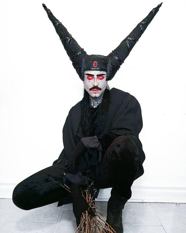 Филипп Ройер с конусами на голове