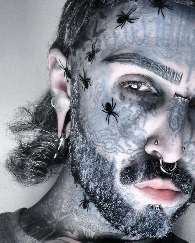 Филипп Ройер с пауками на лице