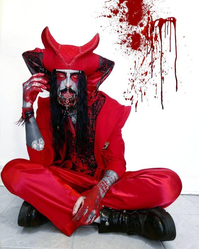 Филипп Ройер в красном костюме