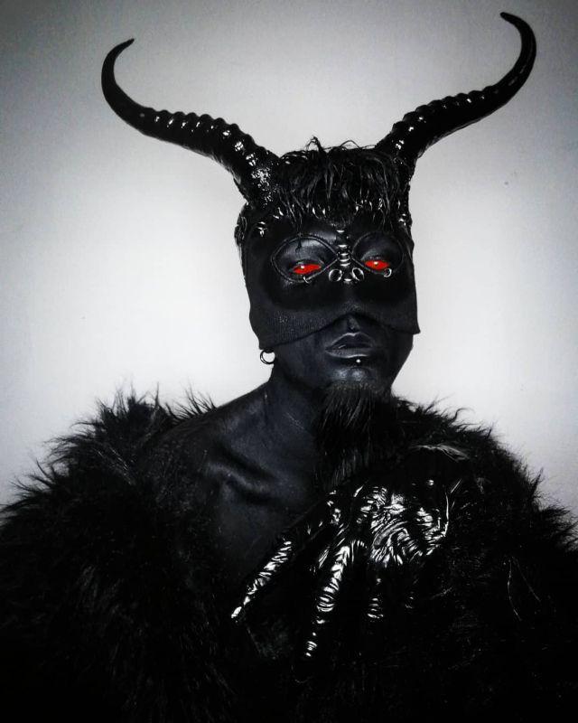 Филипп Ройер в рогатой маске