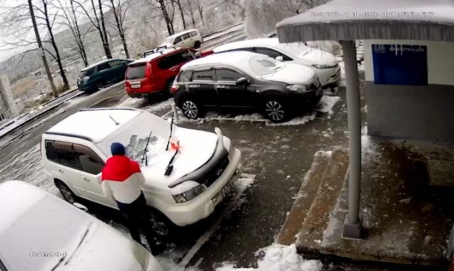 Мужчина чистит машину