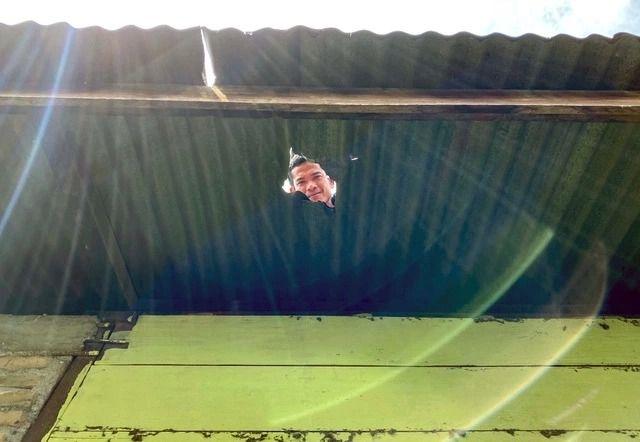Джошуа Хутагалунг на крыше своего дома