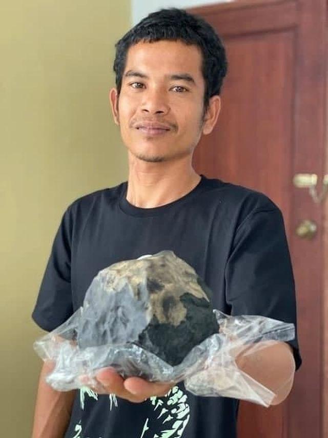 Джошуа Хутагалунг держит метеорит