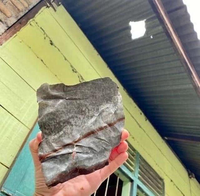 Джошуа Хутагалунга показывает метеорит