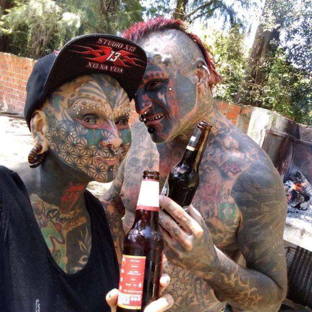 Виктор Уго Перальта Родригес с женой Габи пьют пиво