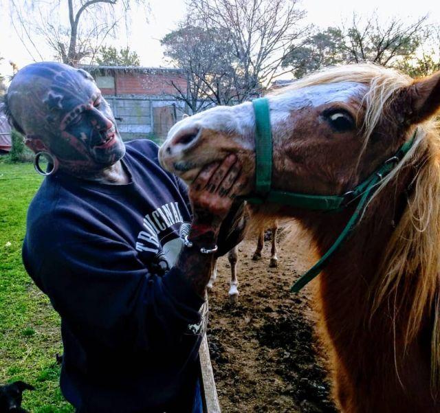 Виктор Уго Перальта Родригес с лошадью