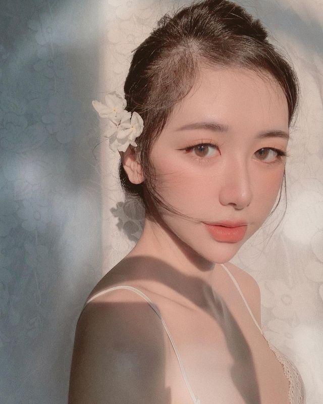 Нгуен Туонг Ви с цветком в волосах
