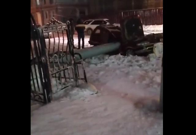 Столб упал на машину