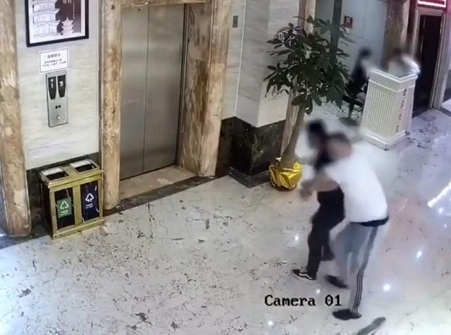 Парни возле лифта