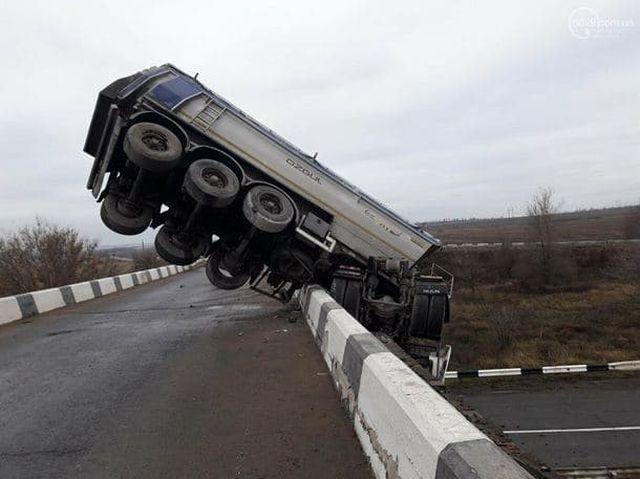 Фура почти упала с моста